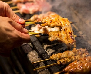 契約農家であるみのり農場様から新鮮な鶏肉を仕入れ、丁寧に手仕込みで1本1本刺しております。<br />
